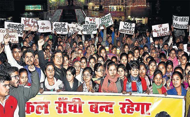 बीटेक की छात्रा के हत्यारे अब भी गिरफ्त से बाहर, आक्रोशित छात्र संगठनों ने किया प्रदर्शन, निकाला कैंडल मार्च, आज रांची बंद