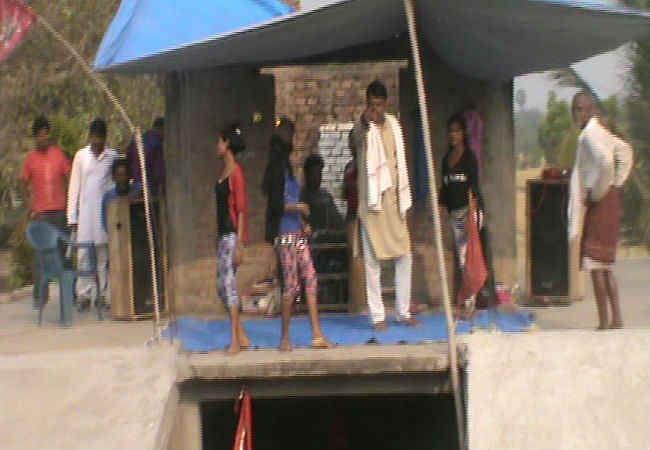 निर्माणाधीन मंदिर की छत पर नर्तकियों ने किया डांस