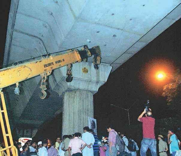 भूकंप के झटकों से सहमे लोग, निर्माणाधीन मेट्रो में दरार