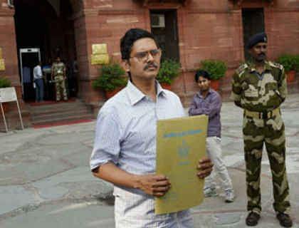 अखिलेश सरकार को झटका, कैट ने  IPS अमिताभ ठाकुर का निलंबन पर रोक लगायी