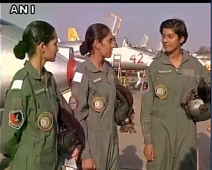 एयरफोर्स में आज शामिल हुई तीन महिला पायलट, पर्रिकर मौजूद