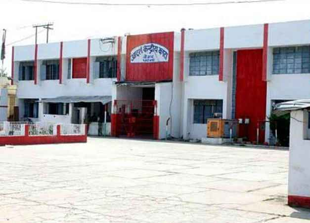 बिहार के दो जेल अधीक्षकों पर गिरि गाज, आइजी ने किया सस्पेंड, छापेमारी के दौरान मिले थे जेल में आपत्तिजनक सामान