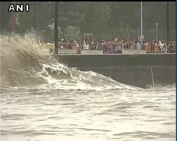 महाराष्ट्र: सूखे के बाद अच्छी बारिश, लोगों ने लिया गेटवे ऑफ इंडिया के पास हाई टाईड का आनंद