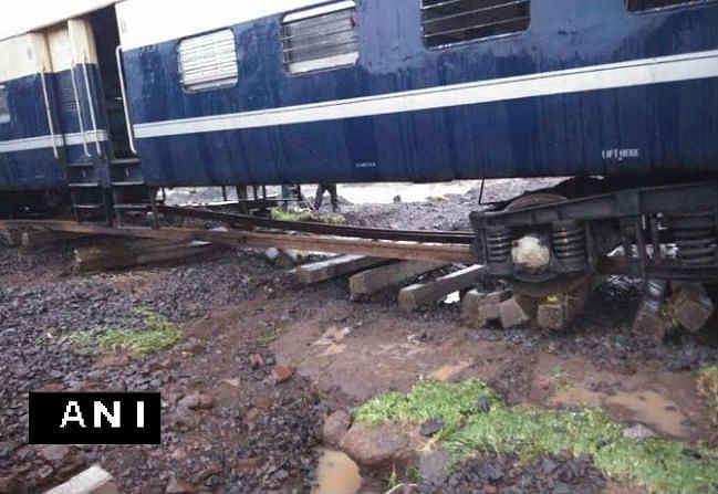 भारी बारिश से सूरत-नंदुरबार यात्री ट्रेन पटरी से उतरी, कोई हताहत नहीं