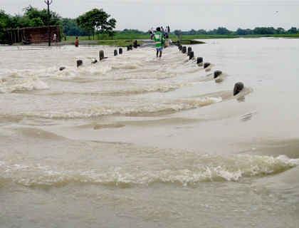 कमला समेत कई नदियां खतरे के निशान के ऊपर, कोसी पुल के पास तटबंध से हो रहा रिसाव