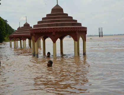 Flood in Bihar: उत्तर बिहार में बाढ़ से तबाही, पूर्वी चंपारण में टूटा तटबंध, कई नदियां खतरे के निशान से ऊपर