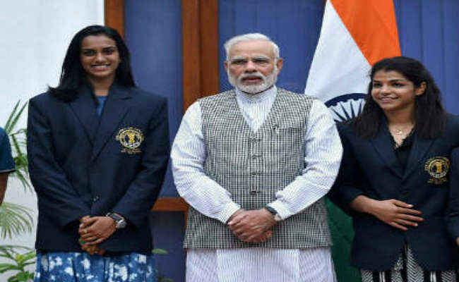 महिंद्रा ने सिंधु और साक्षी को 'महिंद्रा थार'' देकर सम्मानित किया
