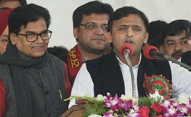 SP में टूट के आसार : अखिलेश गुट ने चुनाव आयोग में दिखायी अपनी ताकत, अब मुलायम की बारी