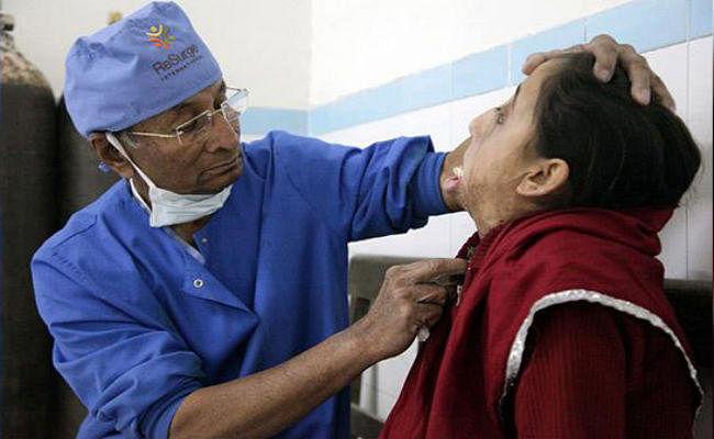 Positive News : जले लोगों का मुफ्त इलाज कर दुआएं कमा रहे 80 साल के डॉ योगी