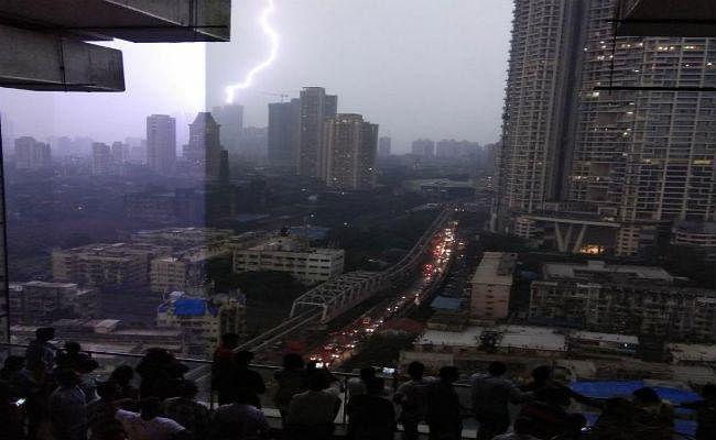 #MumbaiRains : मुंबई में आंधी-तूफान के साथ तेज बारिश, फिर पानी-पानी...!