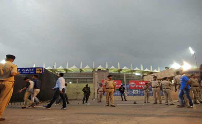 INDvsAUS T-20 : काले घने बादलों ने जेएससीए स्टेडियम को घेरा, बारिश की आशंका से फैन्स निराश