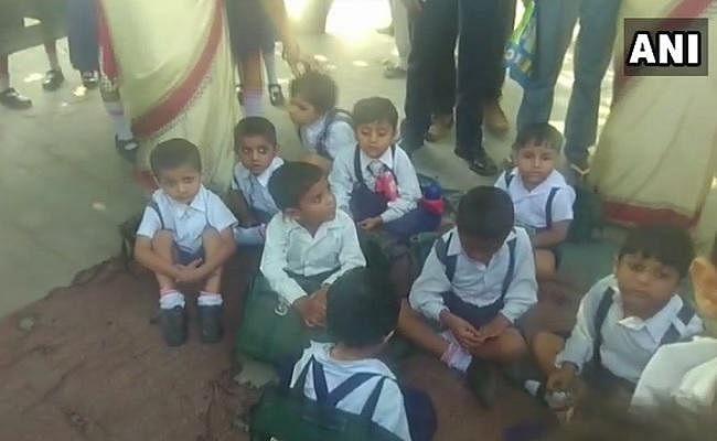 शामली में जहरीली गैस के रिसाव के प्रभाव से 300 बच्चे बीमार, सीएम योगी ने दिये जांच के आदेश