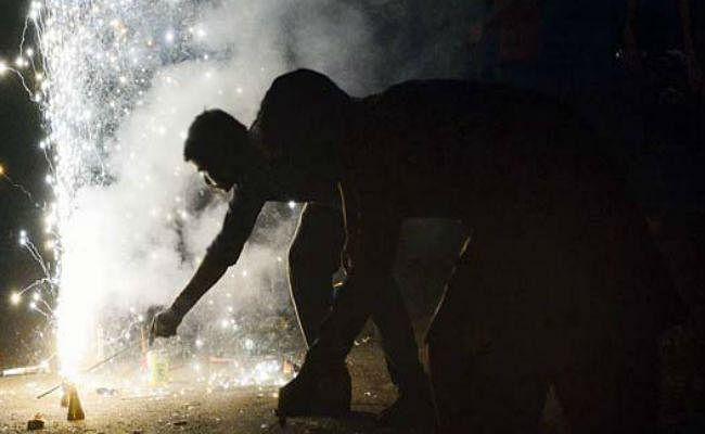 पटाखा प्रतिबंध: सुप्रीम कोर्ट के बाहर पटाखे जलाने को लेकर 14 लोग हिरासत में