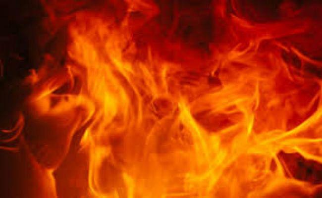 पौधा उखाड़ना 12 साल की बच्ची को पड़ा महंगा, पड़ोसी परिवार ने केरोसिन डालकर जिंदा जलाने का किया प्रयास, हालत नाजुक