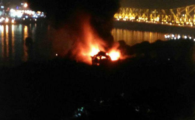 हावड़ा ब्रिज के पास बंद गोदाम में भीषण आग, दमकल की 22 इंजन आग बुझाने की कोशिश में जुटी