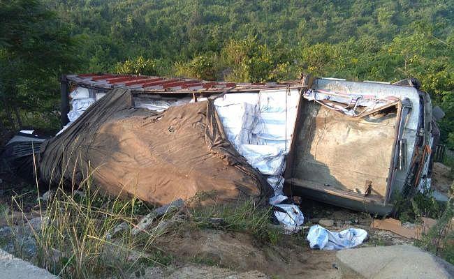 पतरातू घाटी में हुआ भयानक हादसा, पलटकर सड़क से नीचे गिरा ट्रक