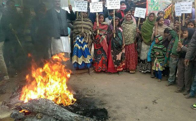 बिहार में बालू पर बवाल : नयी खनन नीति के विरोध में कई इलाकों में आगजनी, प्रदर्शन, नारेबाजी