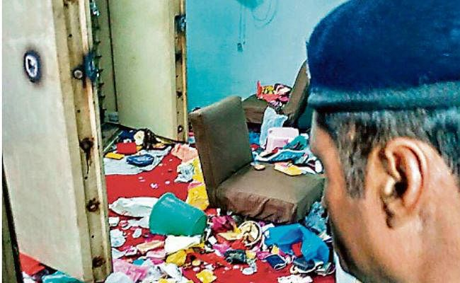 बैंक की खिड़की काट कर घुसे चोर, 86 लॉकर काट कर 10 करोड़ की संपत्ति ले उड़े