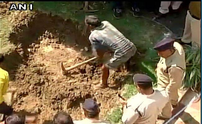 प्रेमिका की हत्या कर दफनाने वाले आरोपी को रायपुर लाया गया, घर में खुदाई के दौरान मिली हड्डियां