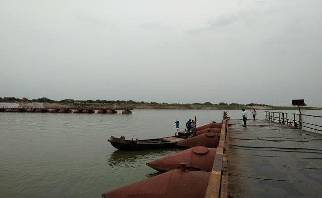 तेज तूफान में टूट गया पीपा पुल, दर्जनों दूल्हों के चेहरे से उड़ गयी रंगत