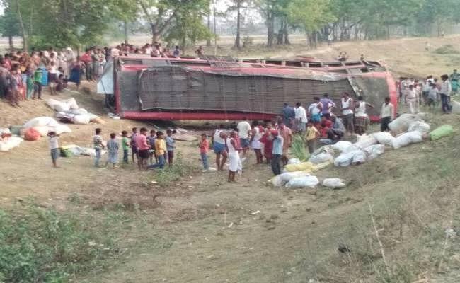 बिहार : नवादा में बस पलटने से 5 की मौत, 50 से ज्यादा घायल