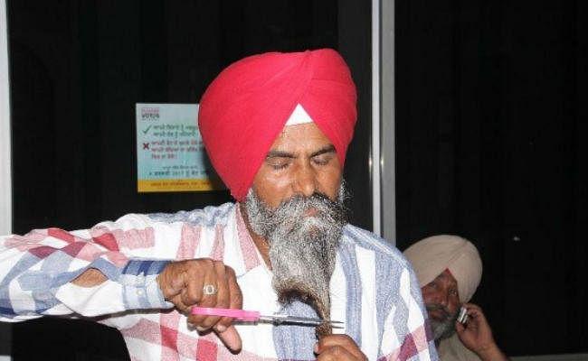 अनोखा विरोध: गांव में पानी का कनेक्शन जुड़वाने के लिए सिख सरपंच ने काट दी अपनी दाढ़ी