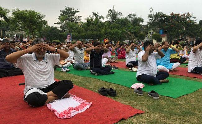 बिहार के नेताओं ने किया योग, शाहनवाज ने कहा, योग को धर्म के बदले स्वास्थ्य से जोड़ कर देखें