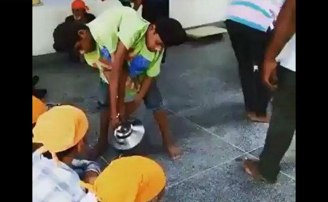 VIDEO : देखें कैसे ये जुड़वा बच्चे लंगर में कर रहे हैं सेवा कार्य