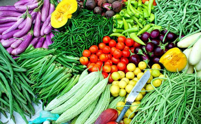 VIDEO : टमाटर सहित सब्जियां हुईं महंगी, सोशल मीडिया पर भी हो रही है चर्चा