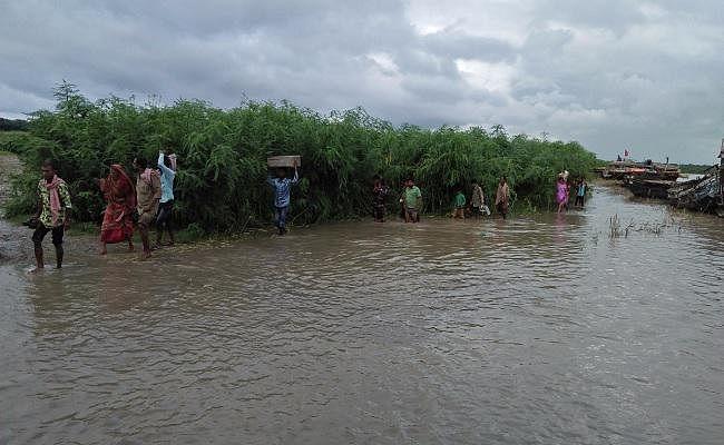 सारण के तरैया में दो माह बाद दोबारा घुसा बाढ़ का पानी, दहशत में लोग
