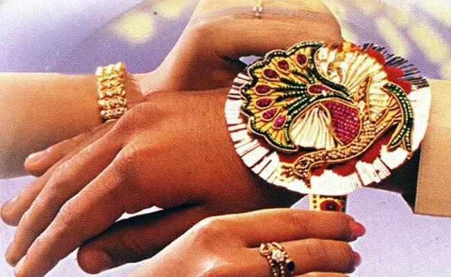Raksha Bandhan 2020:  आज है भाई-बहन के अटूट रिश्ते का पर्व रक्षाबंधन, राखी पर दें बहन को राशि अनुसार प्यारा सा तोहफा