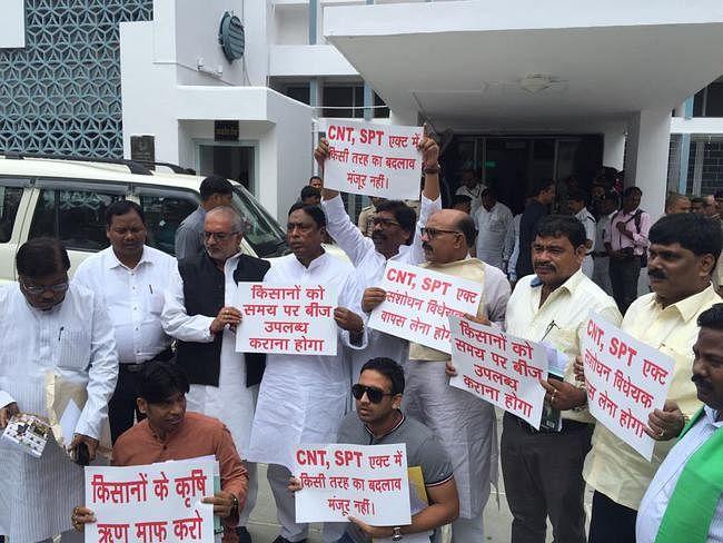 झारखंड : विधानसभा में अनुपूरक बजट पेश, हंगामे के बाद सदन कल तक स्थगित, बाहर कई संगठनों ने किया प्रदर्शन