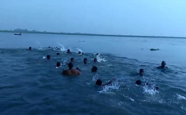 VIDEO : प्रतियोगिता के लिए बक्सर के युवा कर रहे तैराकी का पूर्वाभ्यास