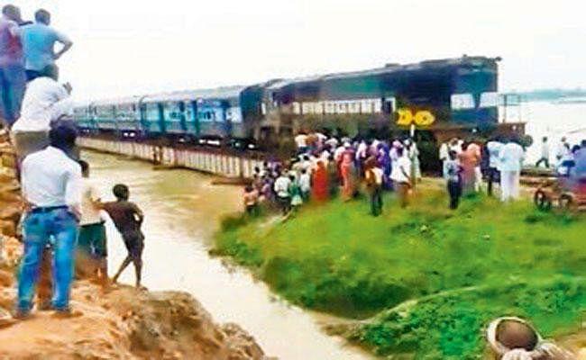दरभंगा-समस्तीपुर रेल खंड पर ट्रेनों का परिचालन शुरू, एक सप्ताह बाद ट्रेनें बहाल