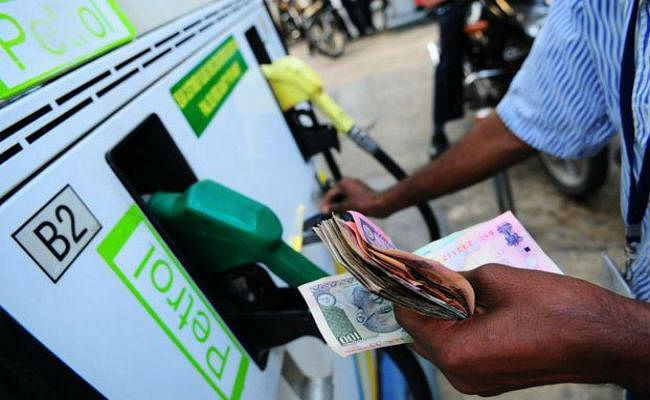 #ModiSarkar का कमाल : दो महीने में इतने महंगे हुए पेट्रोल-डीजल और आपको पता भी नहीं चला...?