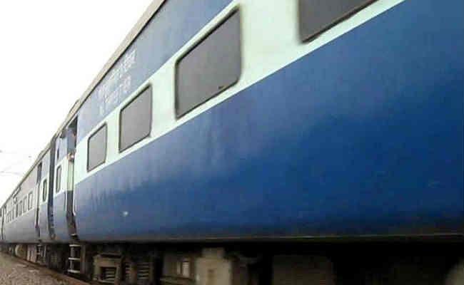 बिहार : ट्रेन के इंजन से टकराया रेलवे ट्रैक पर रखा फ्रिज, टला बड़ा हादसा