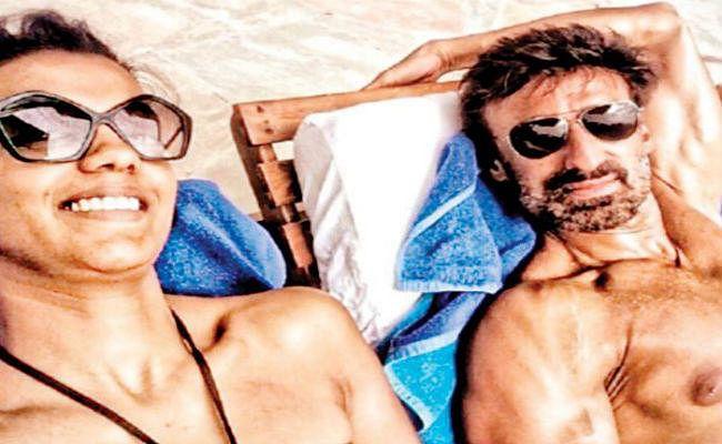 VIRAL : राहुल देव के साथ कुछ इस अंदाज में सनबाथ लेती दिखी मुग्धा गोडसे, PHOTO