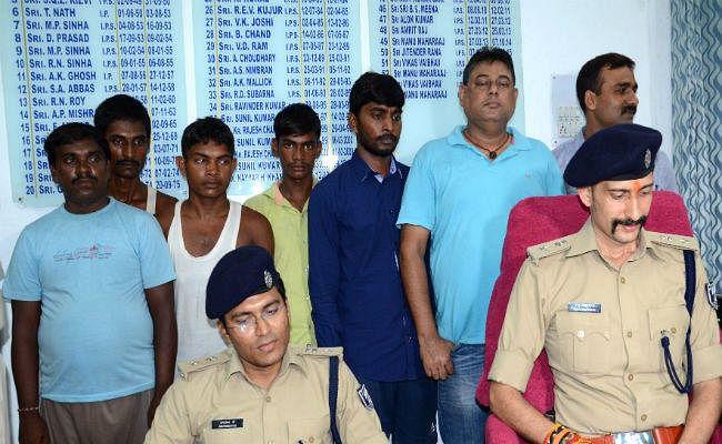 टीईटी में नंबर बढ़वाने के नाम पर ठगी, गिरोह के सात गिरफ्तार, लैपटॉप, मोबाइल, पासबुक व सिम कार्ड बरामद