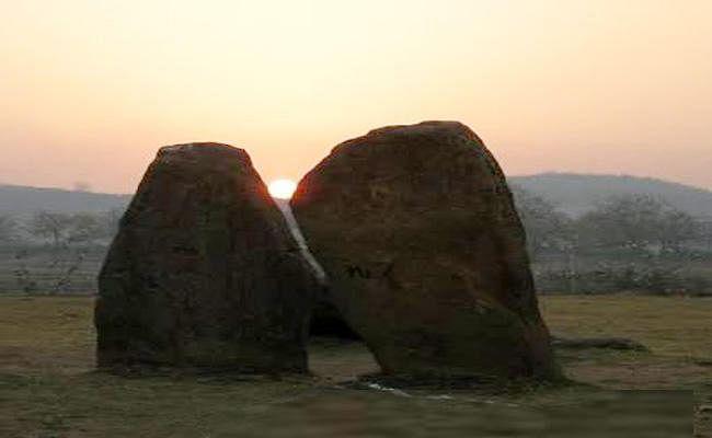 VIDEO : हजारीबाग में मेगालिथ पत्थरों के बीच से सूर्योदय का नजारा देखने पहुंचे सैकड़ों लोग, क्यों हुए निराश