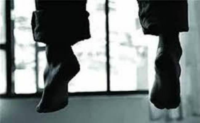 गुमला : प्रेमिका के घर प्रेमी ने फांसी लगाकर की आत्महत्या