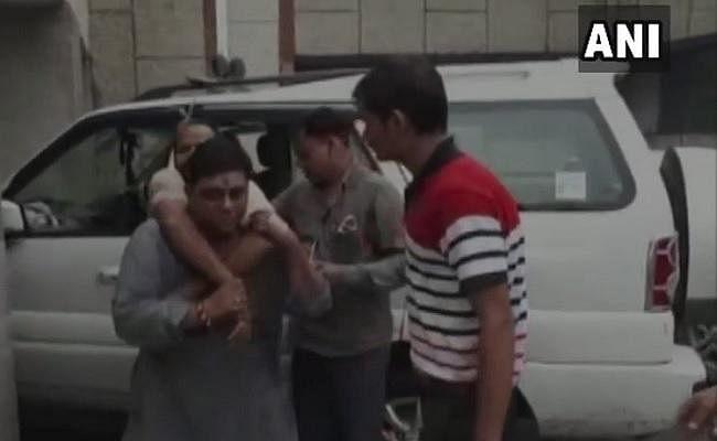 BJP विधायक ने घायल को अपनी पीठ पर लादकर पहुंचाया अस्पताल