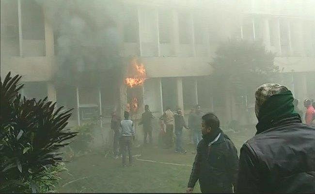 गोरखपुर मेडिकल कॉलेज परिसर में लगी आग: सपा ने जतायी साजिश की आशंका