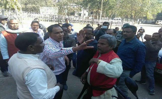 झारखंड: लातेहार में भाजपा नेता ने नेम प्लेट हटवा रहे डीटीओ को सरेआम मारा थप्पड़, भेजे गये जेल