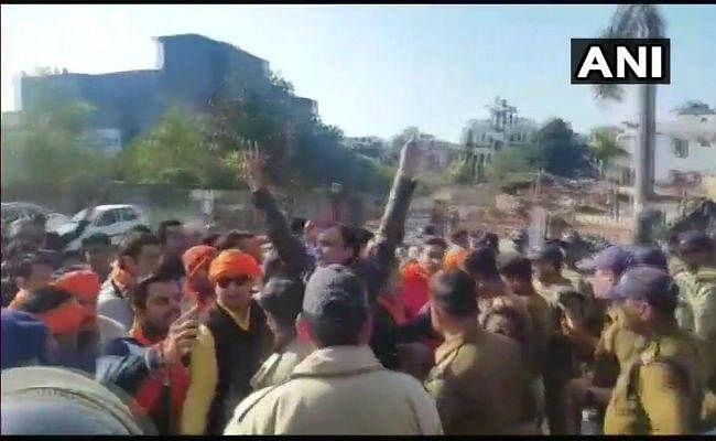 #Padmaavat LIVE: वाराणसी में सिनेमाहॉल के बाहर आत्मदाह की कोशिश