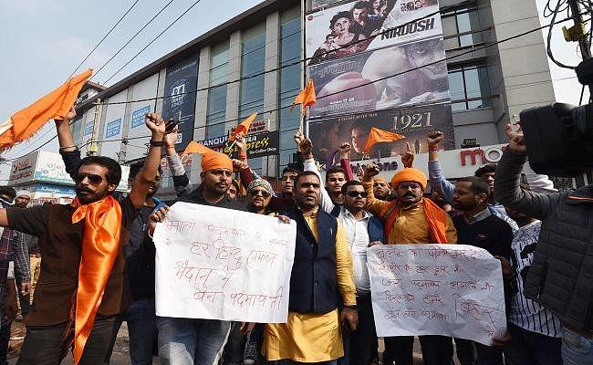 ''पद्मावत'' पर बिहार में फसाद जारी, प्रदर्शन और तोड़-फोड़ करने वालों के खिलाफ सख्ती से निपटने के आदेश