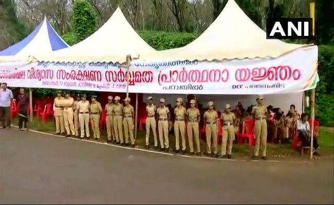 #Sabrimala : सबरीमला मंदिर खुलने से पहले निलक्कल में तनाव का माहौल, पुलिस ने प्रदर्शनकारियों को हटाया