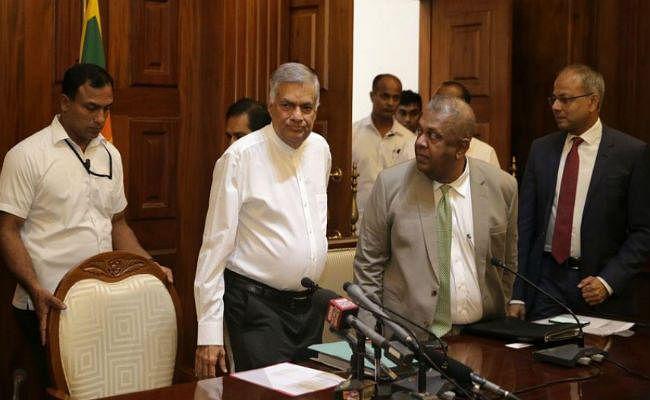 विक्रमसिंघे को बर्खास्त करने के खिलाफ श्रीलंका में प्रदर्शन, रैली