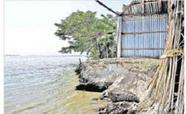 तीस्ता के कटाव से पीड़ित ले रहे बांध पर शरण, डांगापाड़ा के 100 परिवार बेघर