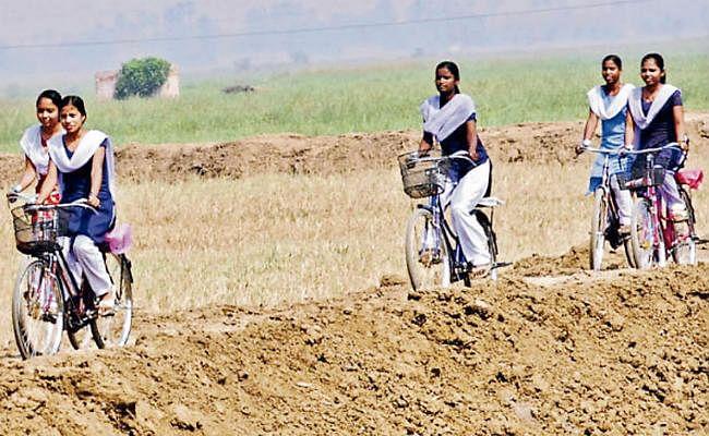 बिहार : स्कूलों में 75 प्रतिशत उपस्थिति की अनिवार्यता खत्म, सबको मिलेगी साइकिल, पोशाक और छात्रवृत्ति की राशि