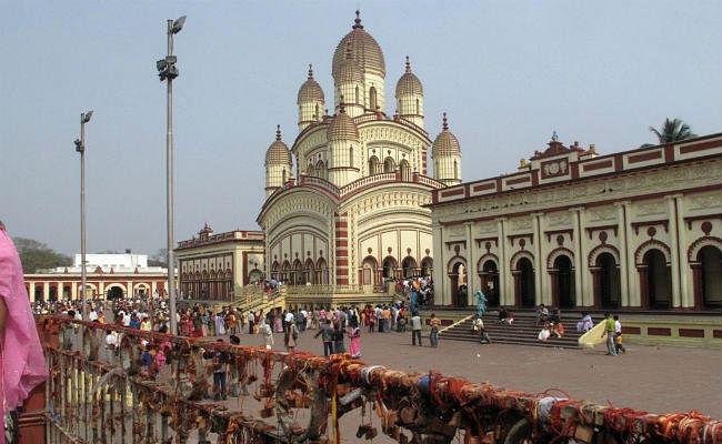 बंगाल : शक्ति की आराधना के लिए मंदिरों में उमड़ी दर्शनार्थियों की भारी भीड़